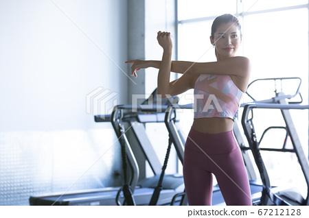 婦女在健身房鍛煉身體 67212128