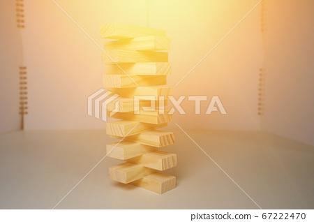 木塊,排隊或堆積,白色背景,照亮在照明設備之上。 67222470