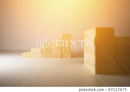 木塊,排隊或堆積,白色背景,照亮在照明設備之上。 67222673