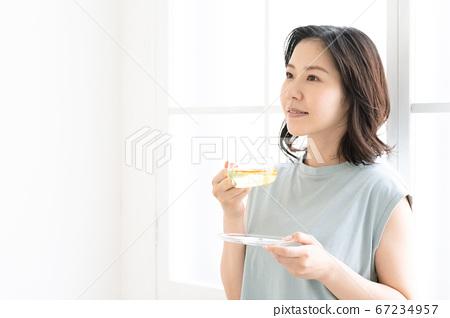 靠窗的中間女人喝涼茶[居住] 67234957