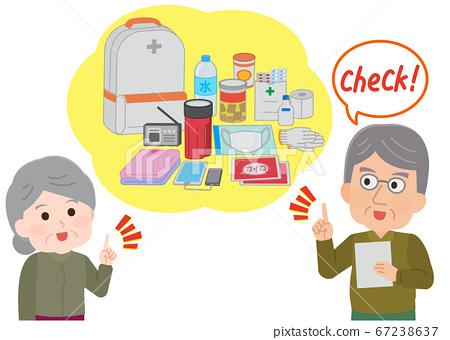 老人和婦女檢查疏散背包內容的插圖 67238637