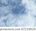 漫長的雨季之間的藍天和白雲 67239626