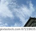 漫長的雨季之間的藍天和白雲 67239635