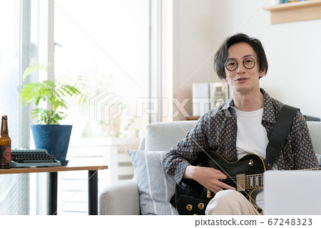 온라인에서 밴드 연주를하는 남성 [집] 67248323
