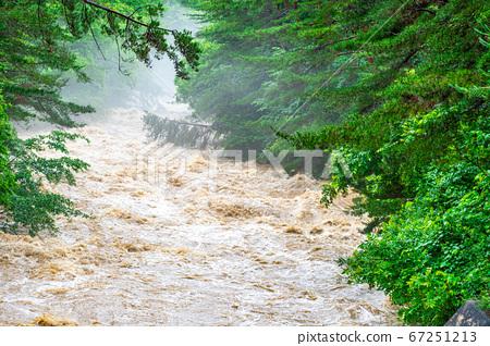탁류 호우 후에 강 [나가노] 67251213