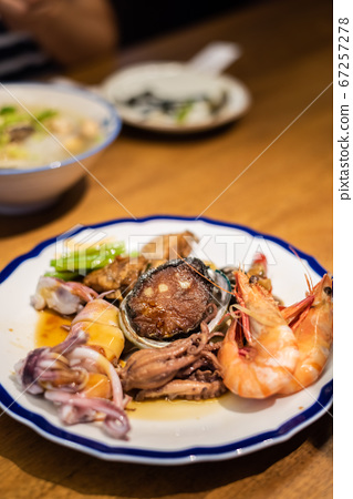 eat plate of seafood on table 67257278