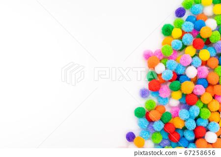 彩色毛毡球白色背景 67258656