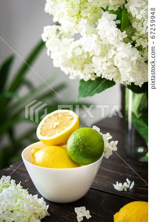 Plate with lemons and lime 67259948