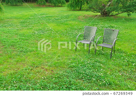 Tsu City Kazahaya no Sato椅子被白三葉草包圍 67269349