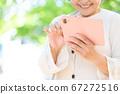 야외에서 스마트 폰을 조작하는 노인 여성의 손 67272516