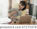 日本妇女的图像,她在家照顾婴儿并执行远程办公,远程工作和家庭作业 67275978