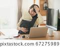 日本妇女的图像,她在家照顾婴儿并执行远程办公,远程工作和家庭作业 67275989