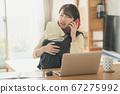 日本妇女的图像,她在家照顾婴儿并执行远程办公,远程工作和家庭作业 67275992