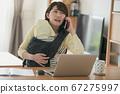 日本妇女的图像,她在家照顾婴儿并执行远程办公,远程工作和家庭作业 67275997