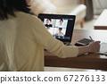 日本年轻女性在家做远程办公,视频会议和在家工作的图像 67276133