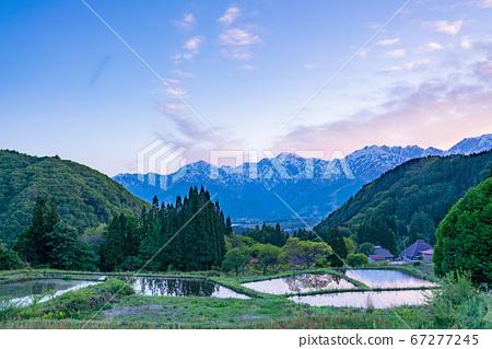 (나가노 현) Nara 푸른 악마 (파란색) 마을의 계단식 밭과 잔설의 북 알프스 황혼 67277245