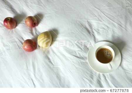 침대 시트 위에 과일과 커피 67277878
