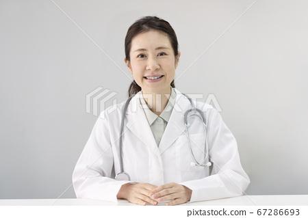看照相機的女醫生畫象 67286693