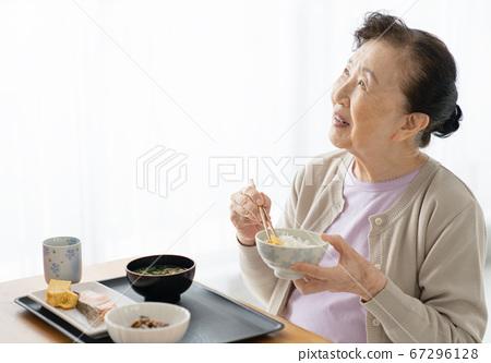 혼자서 식사를하는 노인 67296128