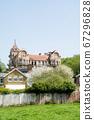 在明亮的陽光下,在倫敦郊區的磚歷史建築 67296828