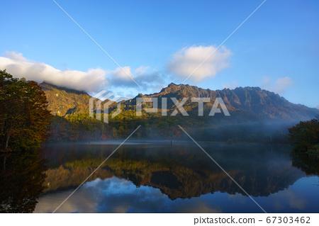가쿠 거울 연못 단풍 67303462