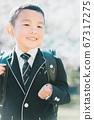 新的一年级男孩前往小学入学典礼 67317275