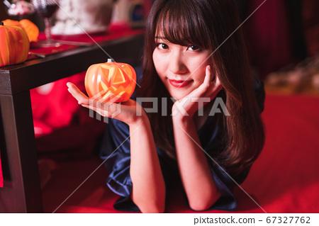 호박 유령을 가진 젊은 일본인 여성 67327762