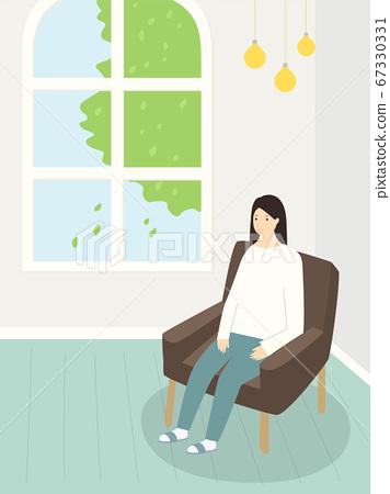 소파에 앉아 있는 여자 67330331