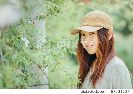 戴着帽子的女人 67331287