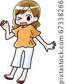 微笑在夏天的衣服的女人 67338266
