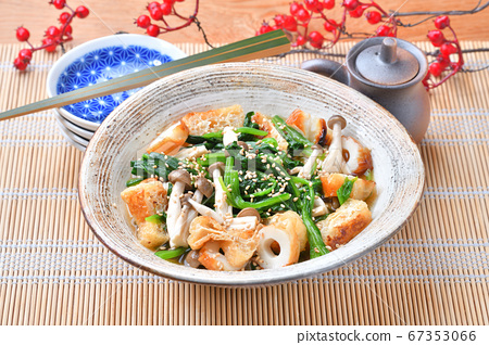 夏季菠菜的冷菠菜(菠菜,菠菜,菠菜),配菜充滿配料。 67353066
