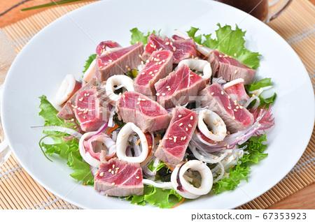 煮熟的金槍魚瘦肉和煮魷魚蘿蔔紫菜沙拉。搭配醬油調味即可食用。 67353923