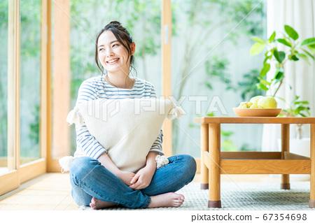 放鬆在客廳的一個少婦 67354698