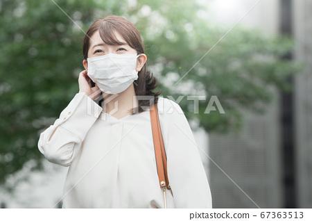 她戴著面具在戶外30多歲的女商人 67363513