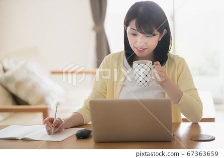 日本年輕女性在家裡進行遠程辦公/遠程工作/在家工作的圖像 67363659