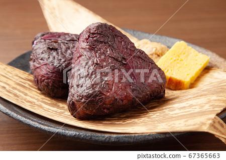 飯糰包裹著紅色的紫蘇 67365663