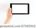 태블릿을 손으로 가지는 중년 남성의 손 67365942