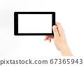 태블릿을 손으로 가지는 중년 남성의 손 67365943