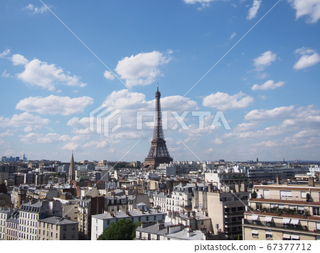 巴黎天際線及其令人印象深刻的埃菲爾鐵塔在湛藍的天空下 67377712