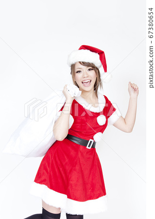 선물 가방을 가진 산타 클로스 여성 67380654