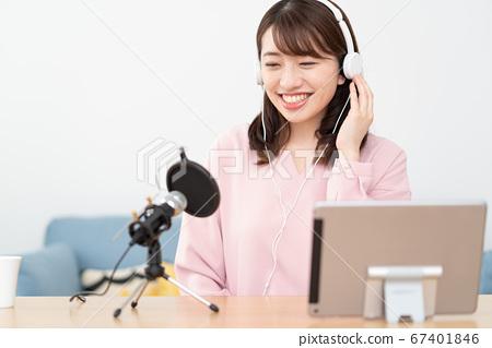 유 튜바 조치 YouTube에서 음성 전달하는 젊은 여성 67401846