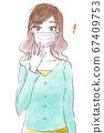 戴著面具的驚訝的年輕女子 67409753