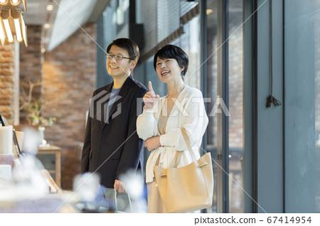 年长夫妇购物咖啡馆 67414954