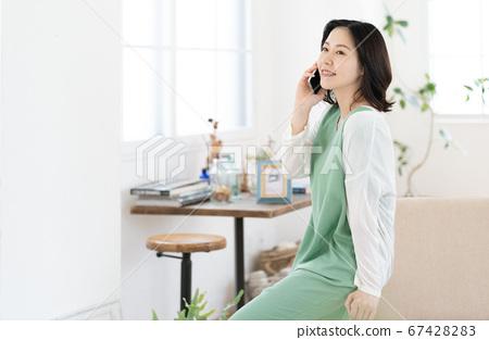 스마트 폰에서 통화하는 미들 여성 [리빙] 67428283