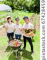在菜園裡用新鮮蔬菜燒烤 67428459