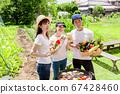 在菜園裡用新鮮蔬菜燒烤 67428460