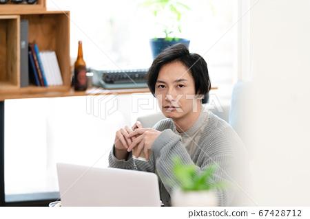 正在網上開會的人[室內] 67428712