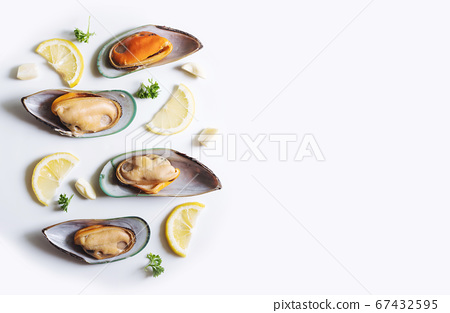 New Zealand Mussels with slices lemon, parsley and garlic 67432595