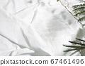자연광과 잎의 그림자가 반사 된 흰 천 67461496