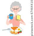 아침 밥을 먹을 나이 많은 여자 67464410